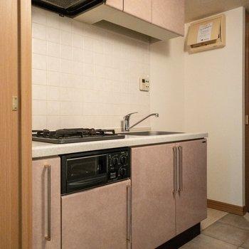 奥には冷蔵庫が置けるスペースがあります。キッチンはいろいろな形の収納があって使いやすそうでした。