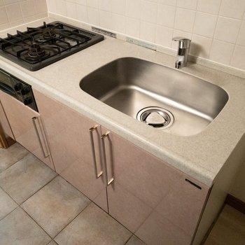 調理スペースは狭めなのでシンクボードがあると便利です。