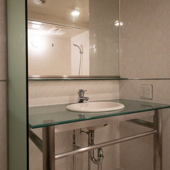 そしてその横には洗面台が。まるでホテルのようです。コンセントもあって便利。