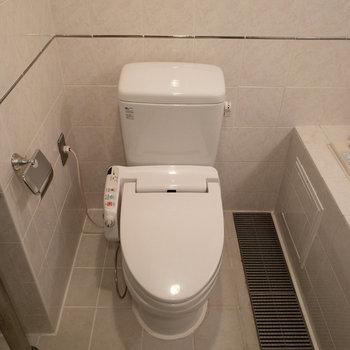 正面に見えたトイレです。ウォシュレット付きですよ。