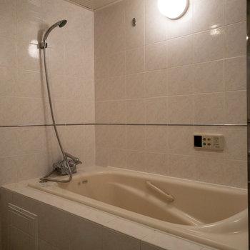 こちらは足を伸ばせる広々とした浴槽です。手前にはカーテンがつけられますよ。