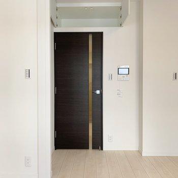 【リビング】扉の上にも物置きスペースがあります