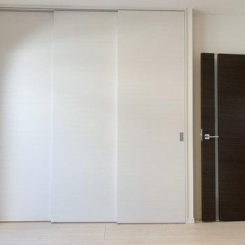 【リビング】スライドドアを開ければ寝室に繋がっています