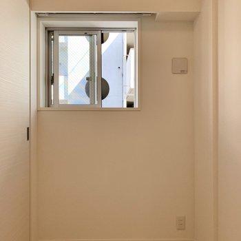 【寝室】小窓が付いているのがワンポイントです◎