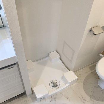 洗面台の横に洗濯機置き場があります
