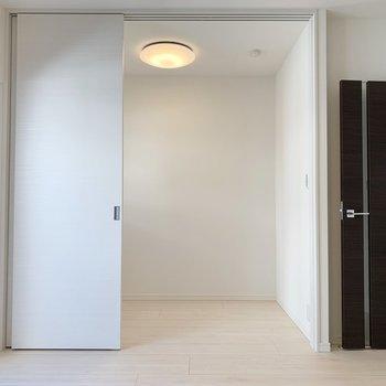 【リビング】ドアを開くと広々とした空間に変わります