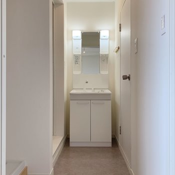 水回り、いってみよー!グレーの床、奥に見えるのはまだまだ綺麗な洗面台。
