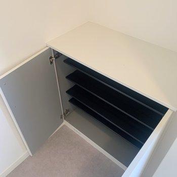 下駄箱は家族分入れるにはコンパクト。頻繁に使うものだけここに収納して、あまり使わないものは他の収納に入れても〜◯