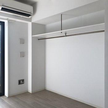 【洋室】とてもワイドなオープンクローゼット。※写真は1階の同間取り別部屋のものです