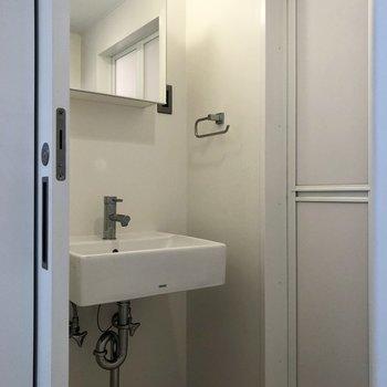 スライドドアを開けて洗面所。※写真は1階の同間取り別部屋のものです