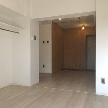 【洋室】観葉植物がよく馴染みそうな空間です。※写真は1階の同間取り別部屋のものです