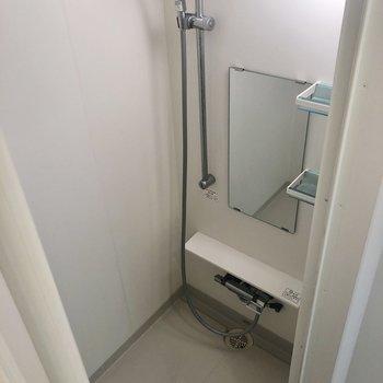 その奥にはシャワールームです。※写真は1階の同間取り別部屋のものです
