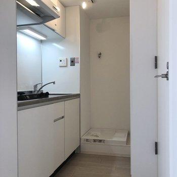 突き当たりが洗濯機置き場です。※写真は1階の同間取り別部屋のものです