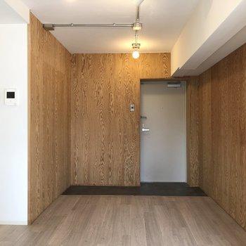 【ダイニング】木の温もりを感じる暮らし。※写真は1階の同間取り別部屋のものです