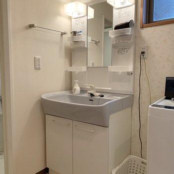 独立洗面台、コンセント付きが便利!