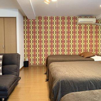 【洋室】ベッドを3つ置いても余裕があります