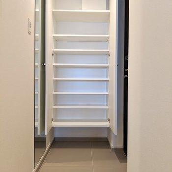 玄関正面に全身鏡&シューズボックスも容量たっぷり。(※写真は2階の同間取り別部屋のものです)