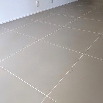 大判グレータイルの床がたまらない。(※写真は2階の同間取り別部屋のものです)