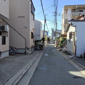 お部屋の前の道は閑静な住宅街。