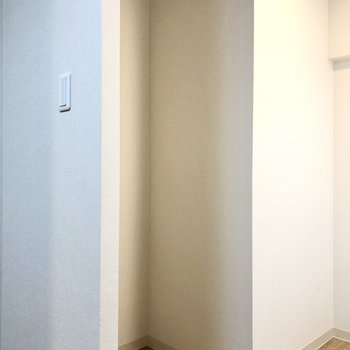【DK】冷蔵庫は作業スペースの向かい側に。