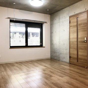 【洋室】テレビは写真左側の壁沿いに置くのが良さそう。