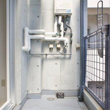 洗濯機はバルコニーに置くタイプ※写真は同タイプの別室。