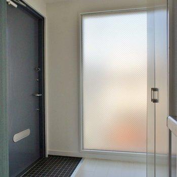 ゆったりサイズの玄関※写真は同タイプの別室。