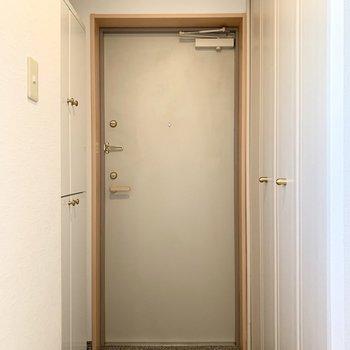 ドアはLに折れた先に。