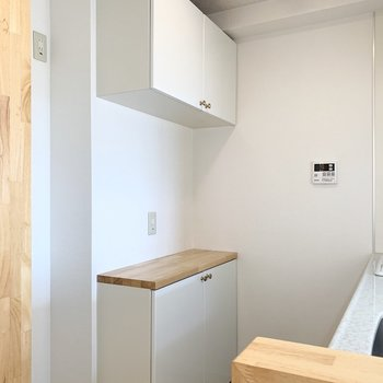 後ろには冷蔵庫置場と造作のキッチン収納も。