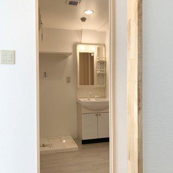 そんなキッチンのお隣のドアの中には水廻りが集結しています。