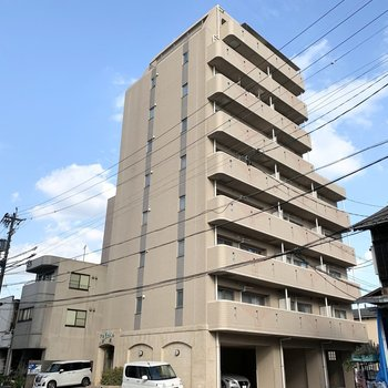 駅から5分の9階建ての鉄筋コンクリートマンションです。