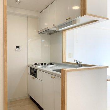 ホワイトとゴールドの組み合わせがどことなく気品を漂わせる気がするキッチン。