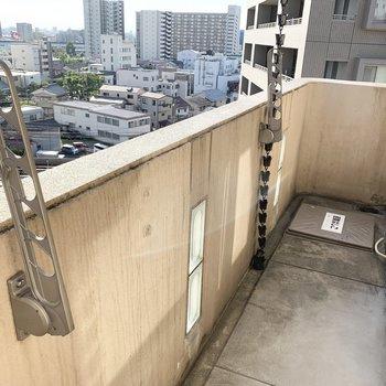 LDKの外にはベランダも。お寺や重厚な日本家屋にありそうな鎖樋が唐突に登場するのが、なんだか良いな〜。