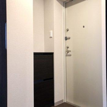 玄関は段差がないのでフローリングを踏まないように気を付けましょう。