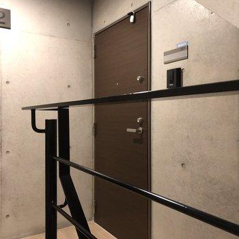 階段上がってすぐのドアが今回紹介したお部屋です。
