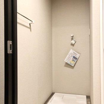 脱衣所入ってすぐ左奥が洗濯機置き場です。目立たない場所にあるのが嬉しい。