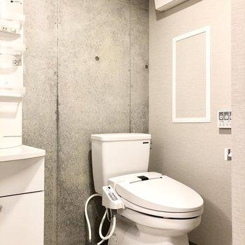 トイレは洗面台の右横に。