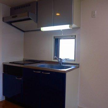 ブルーなキッチン(※写真は8階の同間取り別部屋のものです)