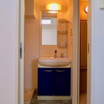 洗面台もブルー(※写真は8階の同間取り別部屋のものです)