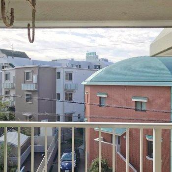 洗濯物は高い位置に掛けるタイプ。眺望は住宅街で、落ち着いて暮らせそうですよ。