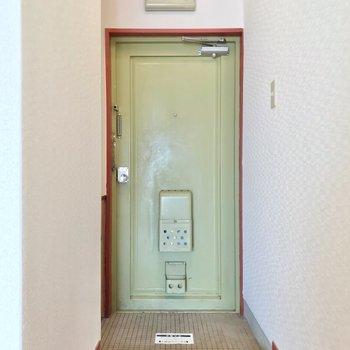 玄関扉もいい味。ピスタチオのような緑色がいいですね。