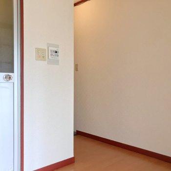 冷蔵庫置場は右側の壁。隣にラックを置いてもよさそうです。