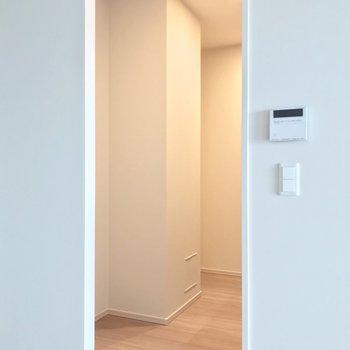 キッチンは独立したスペースに。奥の凹みに冷蔵庫を置いて、手前には食器棚を置きたい。