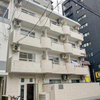 大通りから1本入った場所にある4階建ての建物。