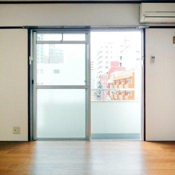 横に長い6帖の居室。テレビのアンテナ端子は窓横に。