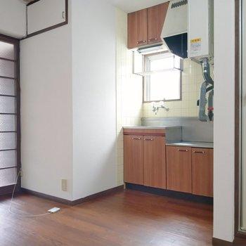 キッチン横にもコンセント。上の扉は・・・