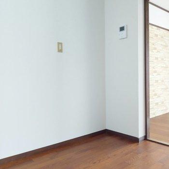 冷蔵庫はキッチン後ろに壁付けがいいかな。モニター付きインターホンもありますよ。