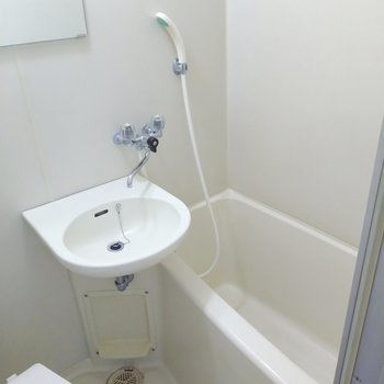 浴槽は1人なら充分サイズ。