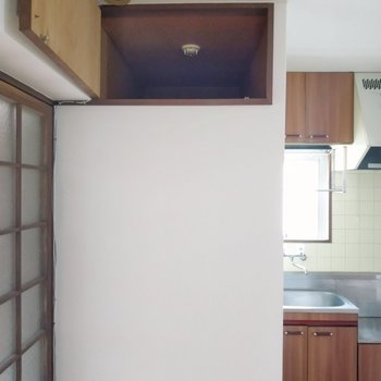 奥行きのある上部棚。使用頻度の低いものを置いて。