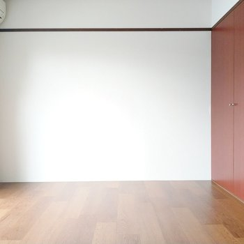こちら側にベッドかな。右の赤茶の扉はクローゼット。